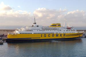 La naviera transporta en verano el 80 por ciento del total de pasajeros.