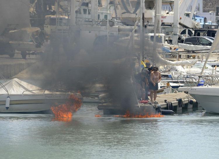 incendio barca en la colarsega del puerto de mao