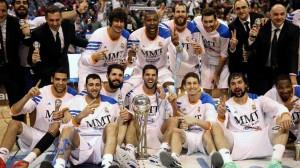 Los jugadores del Madrid, con el título del año pasado.
