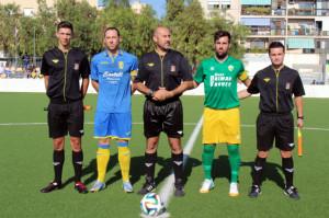 Los capitanes, con el trío arbitral (Fotos: futbolbalear.es)