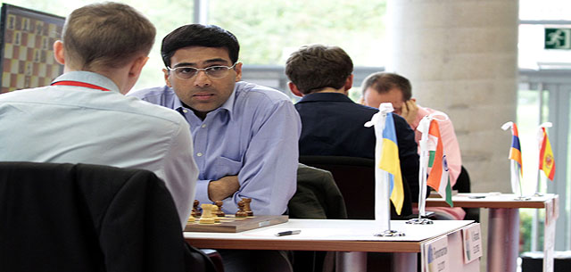Anand-juega-contra-Ponomariov-de-espaldas