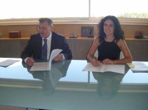 Santiago Tadeo y Sandra Fernández firmaron el convenio.