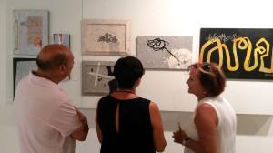 La viuda de Calvet, Montserrat Pomés, a la derecha, conversando con visitantes de la exposición.