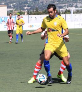 Jeroni protege el balón ante un jugador del Montuïri (Fotos: futbolbalear.es)