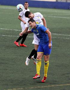 Zurbano salta a por un balón durante el partido (Fotos: deportesmenorca.com)