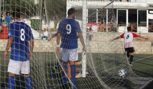 Raúl Marqués, celebrando el gol (Fotos: deportesmenorca.com)