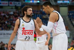 Llull habla con Ayón durante el partido (Foto: ACB Photo)