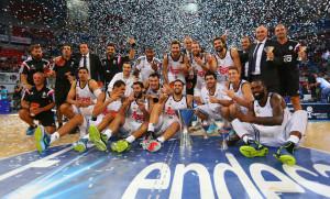 Los jugadores del Madrid, con el trofeo (Foto: ACB Photo)