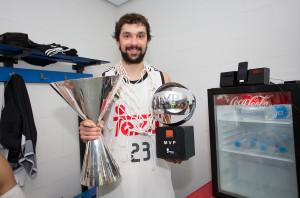 Llull, con el trofeo de MVP y el de la Supercopa (Fotos: ACB Photo)