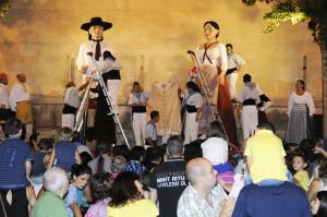 La Colla de Geganters vistió a los gigantes con las prendas confeccionadas por Isabel Mercadal Cardona.