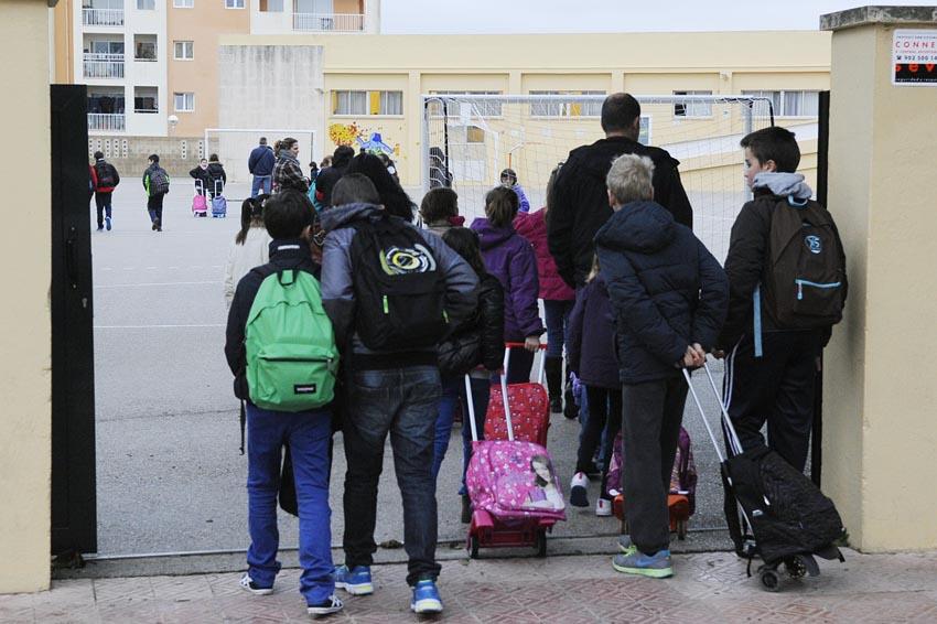 ni–os entrando en el colegio cap verge del toro de mao en un dia de huelga educativa