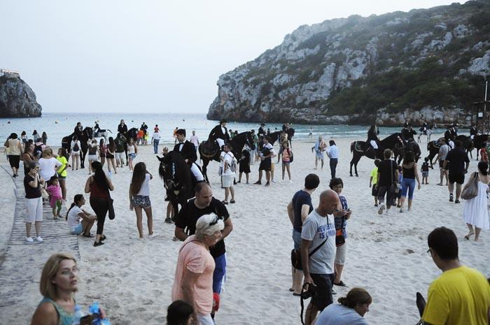 Jaleo en la playa de Cala'n Porter (Foto: Tolo Mercadal)