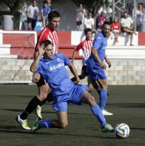 Acción del partido entre el Mercadal y el Ferriolense (Fotos: www.deportesmenorca.com)