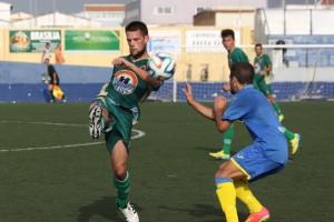 Un defensa del Alcudia golpea el balón durante el partido (Fotos: deportesmenorca.com)