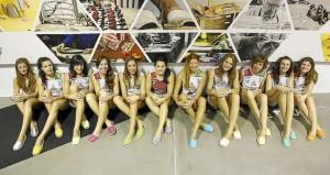 Las jugadoras, posando con avarcas (Foto: Volei Ciutadella)