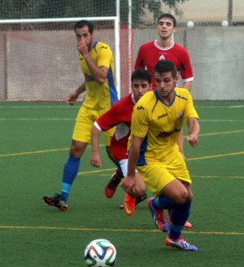 Acción del partido en Son Cladera (Fotos: futbolbalear.es)