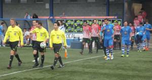 Jugadores saltando al campo en el partido de ida (Foto: futbolbalear.es)