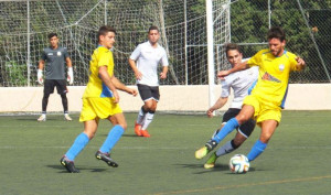 Joel controla un balón ante un rival (Fotos: futbolbalear.es)