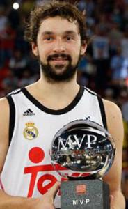 Llull, con el trofeo de MVP de la Supercopa.