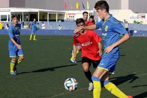 Marc Ametller controla el balón durante el partido (Fotos: deportesmenorca.com)