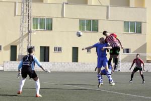 Remate de cabeza de Mas que supuso el 1-0 (Fotos: deportesmenorca.com)