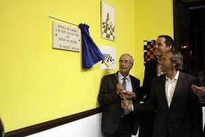 Vallejo, descubriendo la placa con su nombre (Fotos: deportesmenorca.com)