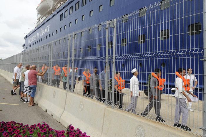 simulacro de emergencia del crucero croisieres de france en el puerto de mao