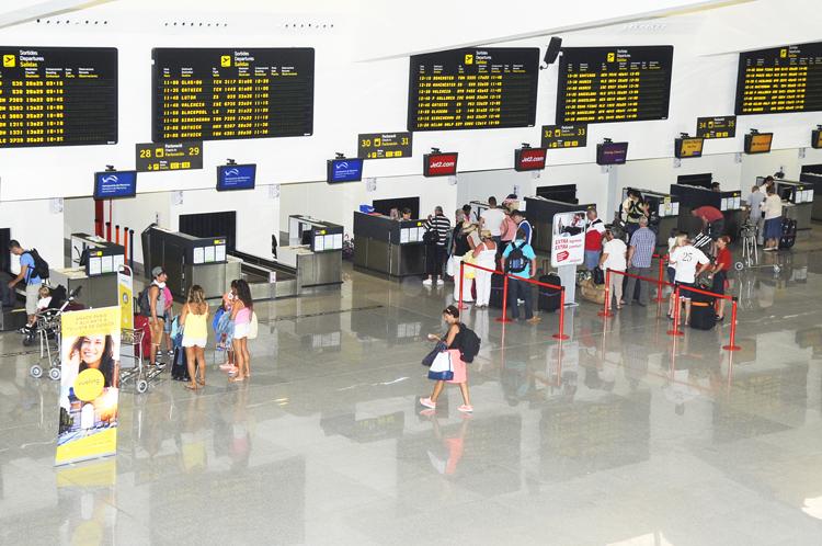Mostradores de facturación en el aeropuerto de Menorca