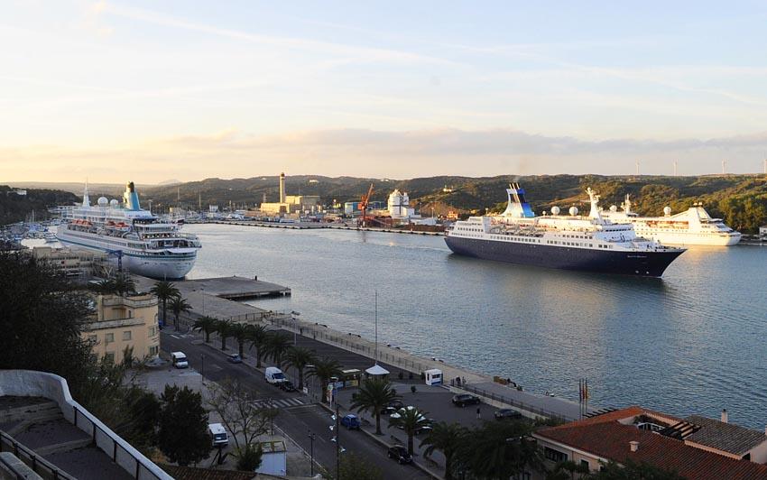 tres cruceros en el puerto de mao