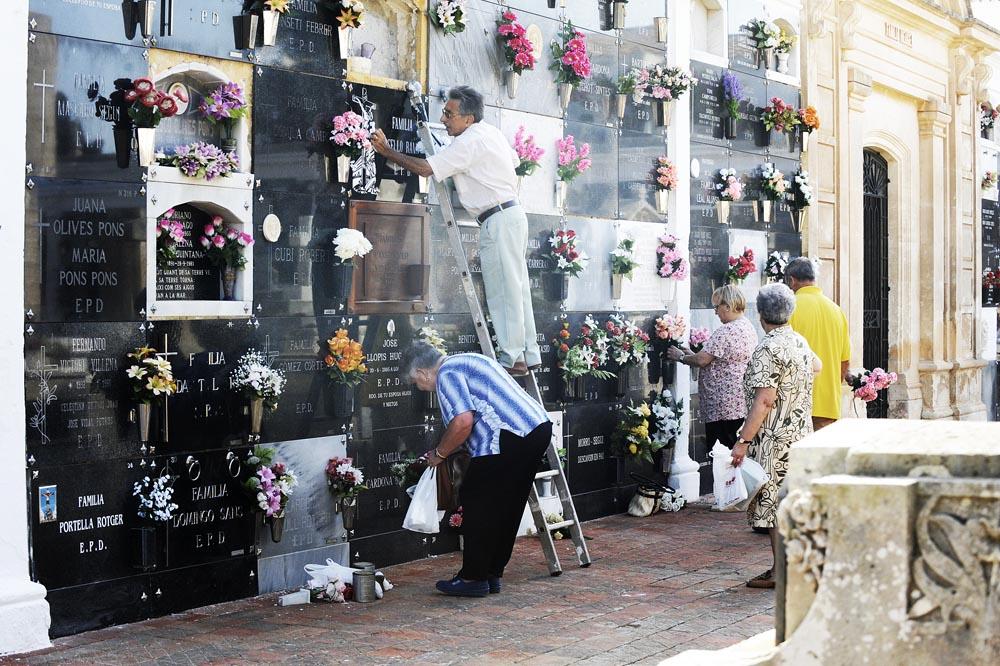 arreglos en el cementerio para el dia de todos los santos