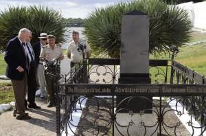 reinhard paichrowski embajador aleman visita cementerio ingles con matthias roters y el coronel jefe del ejercito en menorca