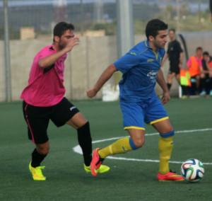 Marc Urbina controla un balón ante un jugador del Ferriolense (Fotos: futbolbalear.es)