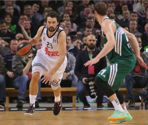 Llull sube la pelota en una secuencia del partido (Foto: Euroliga)