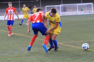 David Mas pelea un balón en el partido ante el Manacor (Foto: futbolbalear.es)