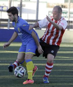 Urbina controla un balón ante un rival (Fotos: deportesmenorca.com)