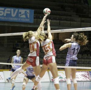 Gran bloqueo de Bea Vázquez e Irene Cano (Fotos: deportesmenorca.com)