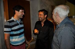 Richard de la Fuente (izquierda) junto  al pianista Josu Okiñena (centro) y el profesor Gabriel Julià (derecha), en una imagen de agosto de 2013.