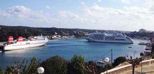 Maniobra del crucero con un barco comercial al otro lado (Foto: Nando Andreu)
