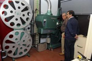 Ametller junto con uno de los promotores de la restauración del proyector.