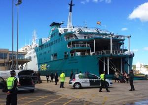 El pasaje de la compañía Baleària, desembarcando en el puerto de Maó.
