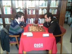 Alvar Alonso (izquierda) en su partida ante Daniel Alsina (Fotos: Aj. Ciutadella)