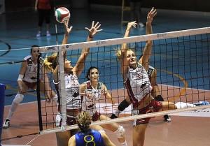 Cano y Vázquez, en acción de bloqueo (Foto: deportesmenorca.com)