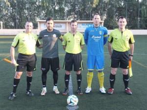 Capitanes, con el trío arbitral (Fotos: futbolbalear.es)