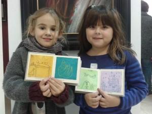 Dos de las alumnas de Xalubínia con su propio libro de artista.