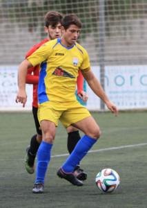 David Mas controla un balón ante un jugador del Campos (Fotos: futbolbalear.es)