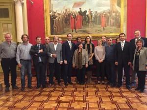 Representantes del sector junto con el presidente Bauzá, el conseller Company y la diputada Pons, coordinadora de la ponencia de la ley. FOTO.- Parlament