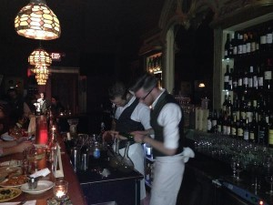 Barmans preparando bebidas con Xoriguer. FOTO.- B.H.