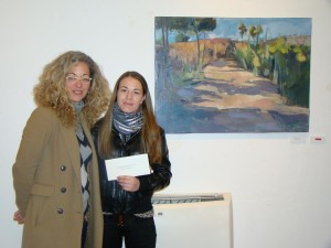 La concejal Elisa Mus con la ganadora de la anterior edición, Sonia Casero. Foto: Ajuntament de Maó.