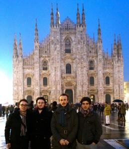 Larsson (2º iz.) y los Fukio Ensemble ante Il Duomo de Milán.