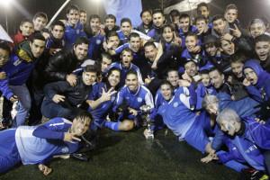 Los jugadores, celebrando el título (Fotos: deportesmenorca.com)